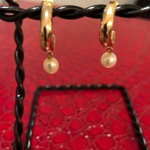 Jewelry - Gold and pearl drop earrings 💓